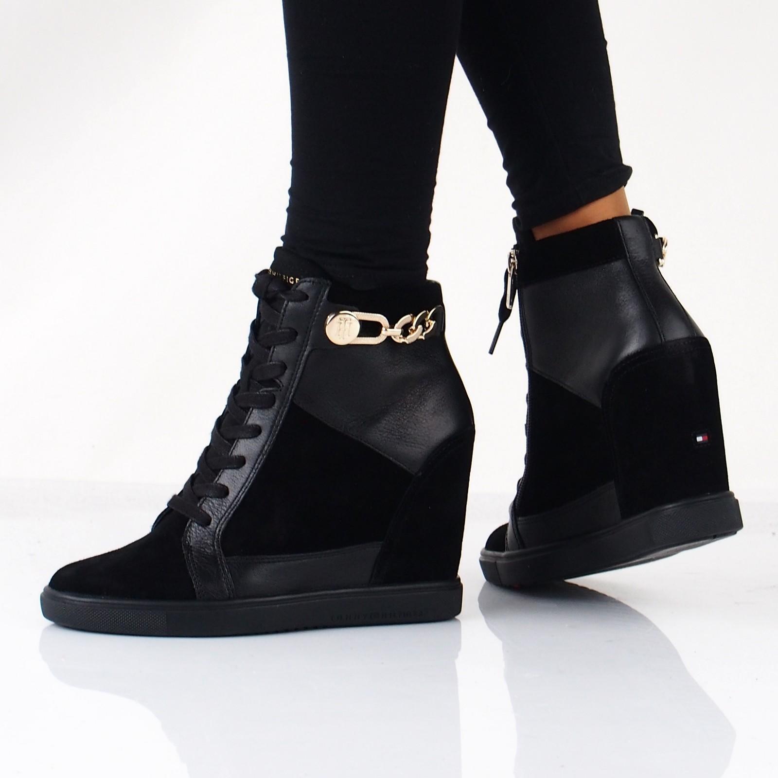 97dc6b8666d0 Tommy Hilfiger dámské stylové kotníkové boty na klinové podrážce - černé ...