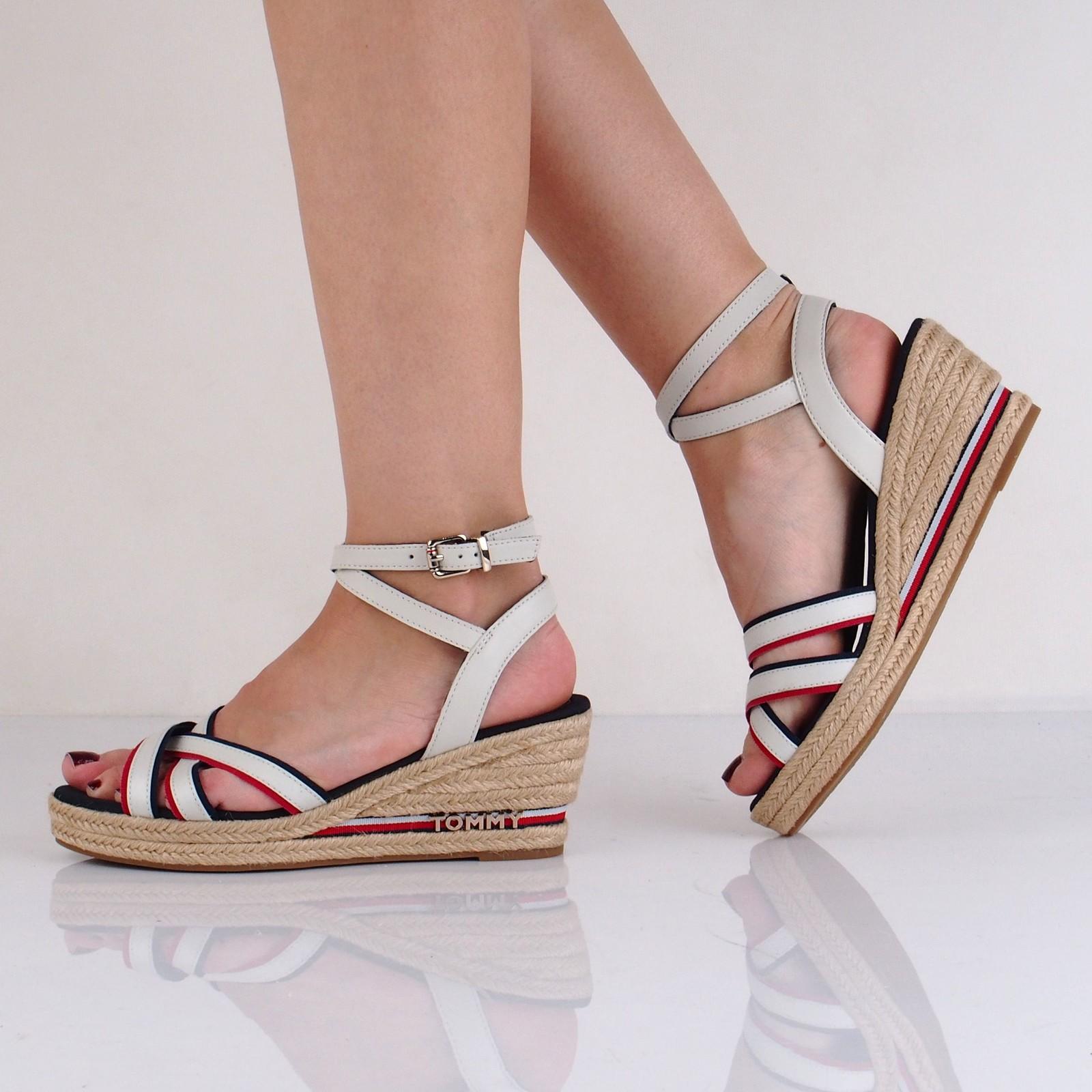 Tommy Hilfiger dámské stylové sandály na klinové podrážce - bílé