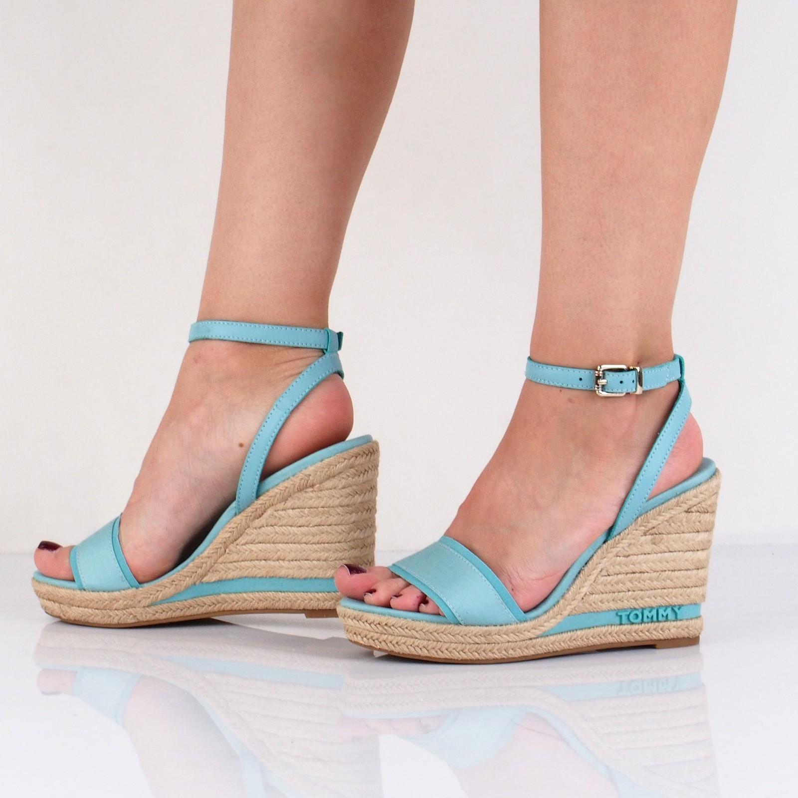 Tommy Hilfiger dámské stylové sandály na klinové podrážce - modré