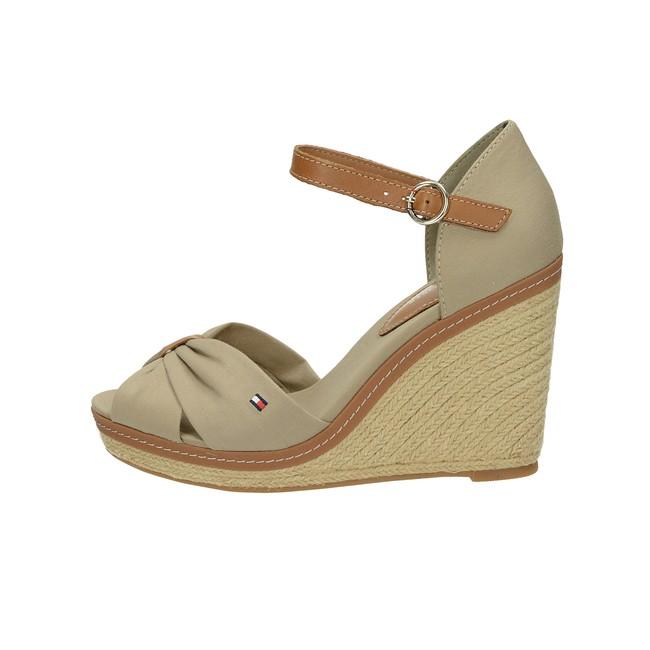 ... Tommy Hilfiger dámské stylové sandály na klinové podrážce - béžové ... cd8a15f9af
